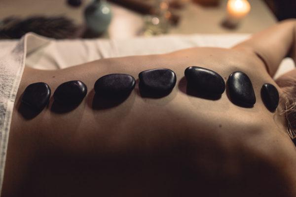 Massage aux pierres chaudes ou massage aux galets chauds
